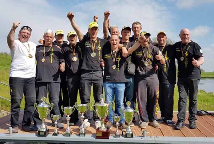 So sehen Sieger aus: Die Jungs von FTM feiern ihren Doppelerfolg.