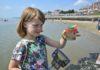 Jungforscherin untersucht die Meeresküste. Kescher und Becherlupe werden an verschiedenen Orten kostenlos zur Verfügung gestellt. Bilder: BMBF/Wissenschaftsjahr 2016*17