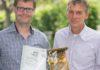Futtermittel von Sänger haben ab jetzt eine HACCP-Zertifizierung. Die Fische dürfen sich über gesunde Happen freuen! Von links: Björn Kiebler und Jörg Baumann aus dem Hause Sänger.