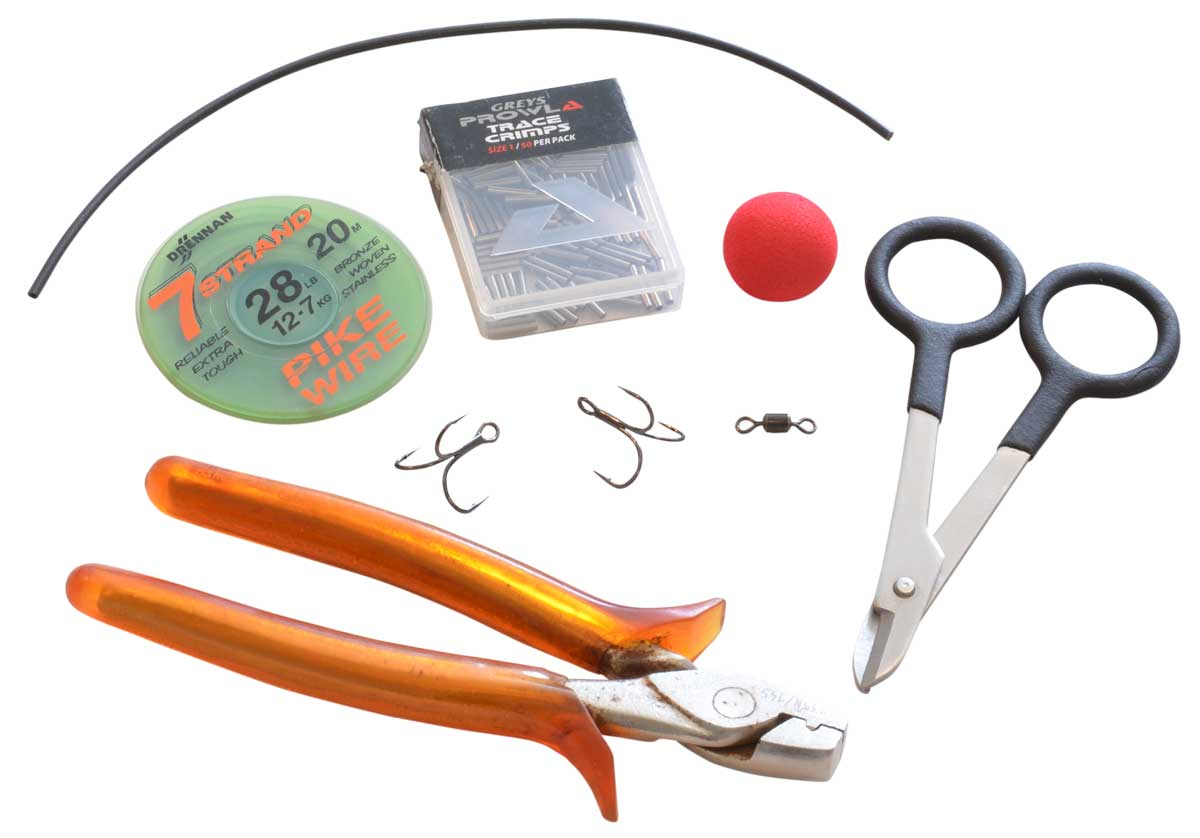 An Baumaterialien werden benötigt: Wire Blades (scharfe Stahl-Schere), Klemmhülsenzange, Stahlvorfach (nicht zu dünn, gerne kräftiges, nylonummanteltes Material), Hartschaum-Auftriebskörper, weicher Silikonschlauch, eventuell Wirbel.
