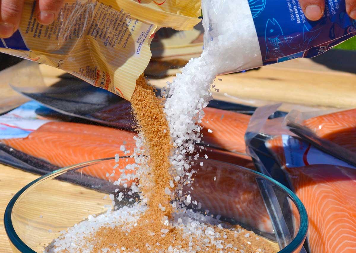 Als erstes werden Zucker und Salz im Verhältnis 1:1 vermengt. Pro Kilo Fischfilet benötigen Sie etwa 80 Gramm dieser Mischung.