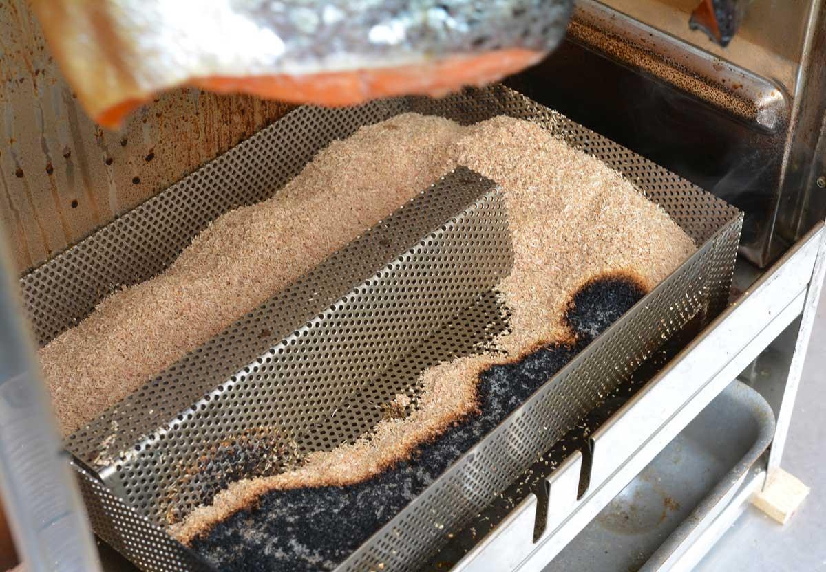 Zum Kalträuchern in kleineren Öfen sind sogenannte Longsmoker (ab 20 Euro) bestens geeignet. Sie erzeugen mit verhältnismäßig wenig Sägemehl stundenlang konstant Rauch, ohne dabei die Kammer zu überhitzen. Denn beim Kalträuchern soll das Eiweiß nicht gerinnen, wozu eine Temperatur von 30 Grad nicht überschritten werden darf. Ich räuchere am liebsten zwischen zehn und 20 Grad.