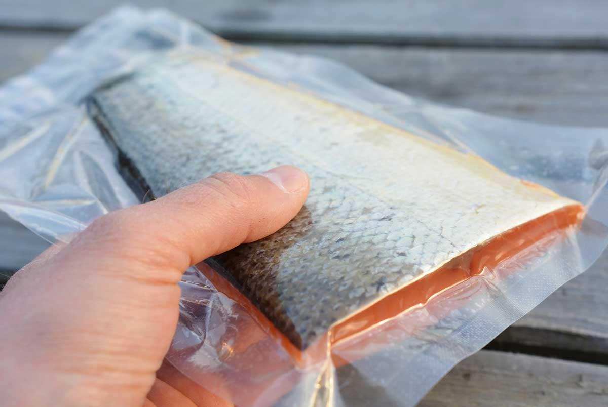 """Jan Lock schmeckt der Fisch am besten, wenn er nach dem Räuchern noch einvakuumiert im Kühlschrank ein paar Tage """"nachreift""""."""