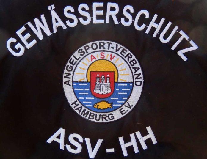 Die neuen Aufseher an verschiedenen Hamburger Gewässern tragen diesen einheitlichen Aufdruck auf dem Rücken.