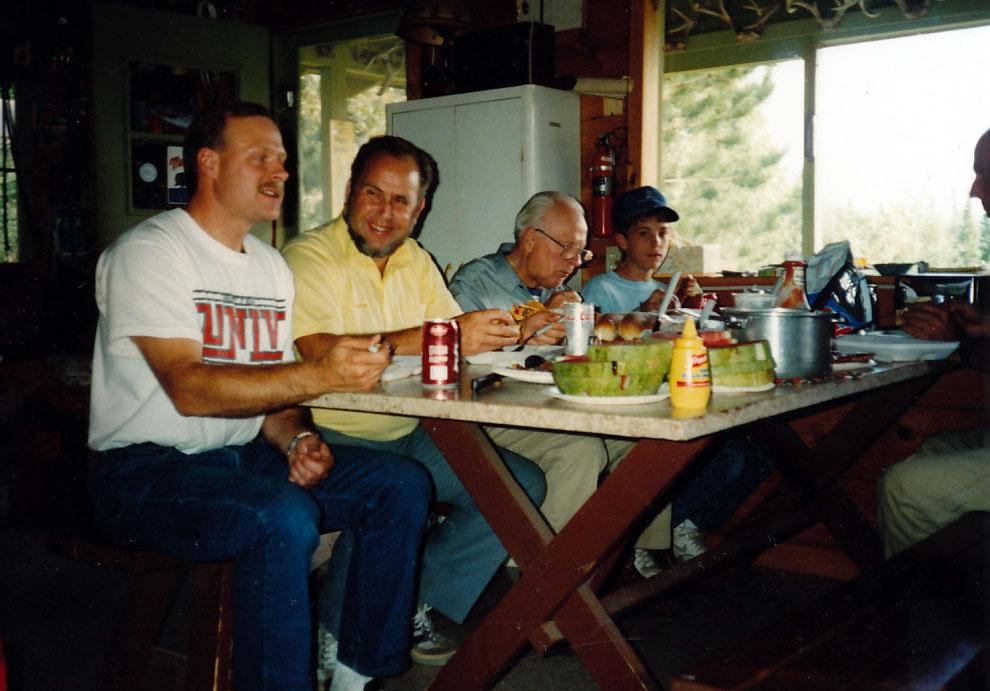 Mittagessen in der Blockhütte der Sheldon-Ranch. Von links: Mike Sheldon, Jan Eggers, Todd Sheldon und Mike Junior.