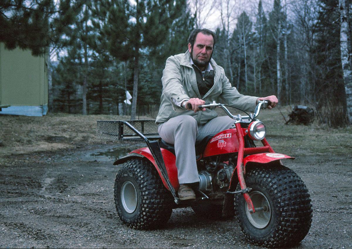Jan Eggers auf ungewohntem Fortbewegungsmittel. Er erkundete damit die Ranch von Todd Sheldon.