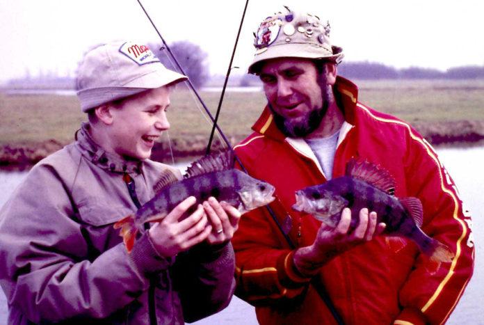 Jan Eggers mit seinem Sohn Stefan. Die Mepps-Mütze voller Anstecker war über Jahre das Markenzeichen des holländischen Hecht-Papstes.
