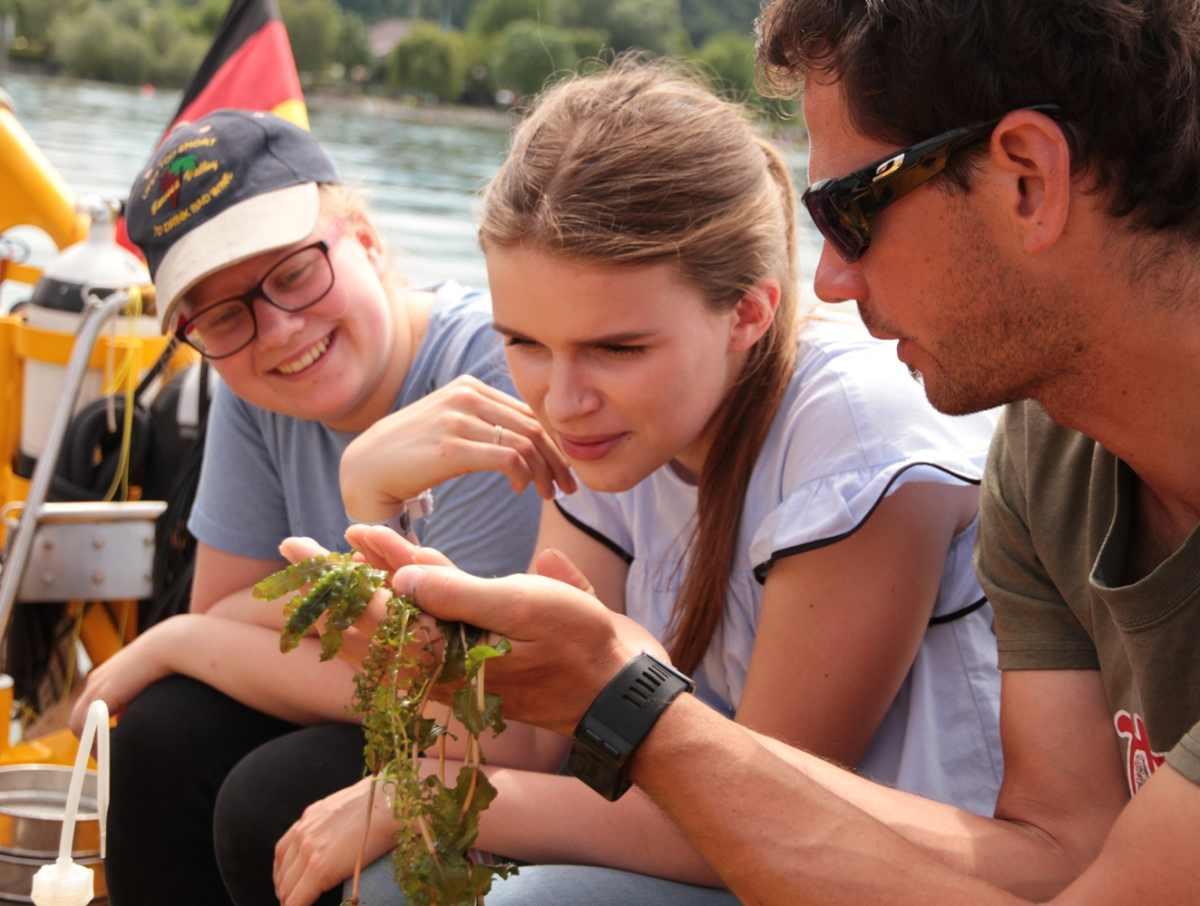 Die Gäste des Schiffs erkunden gemeinsam mit Wissenschaftlern die biologische Vielfalt unter Wasser.