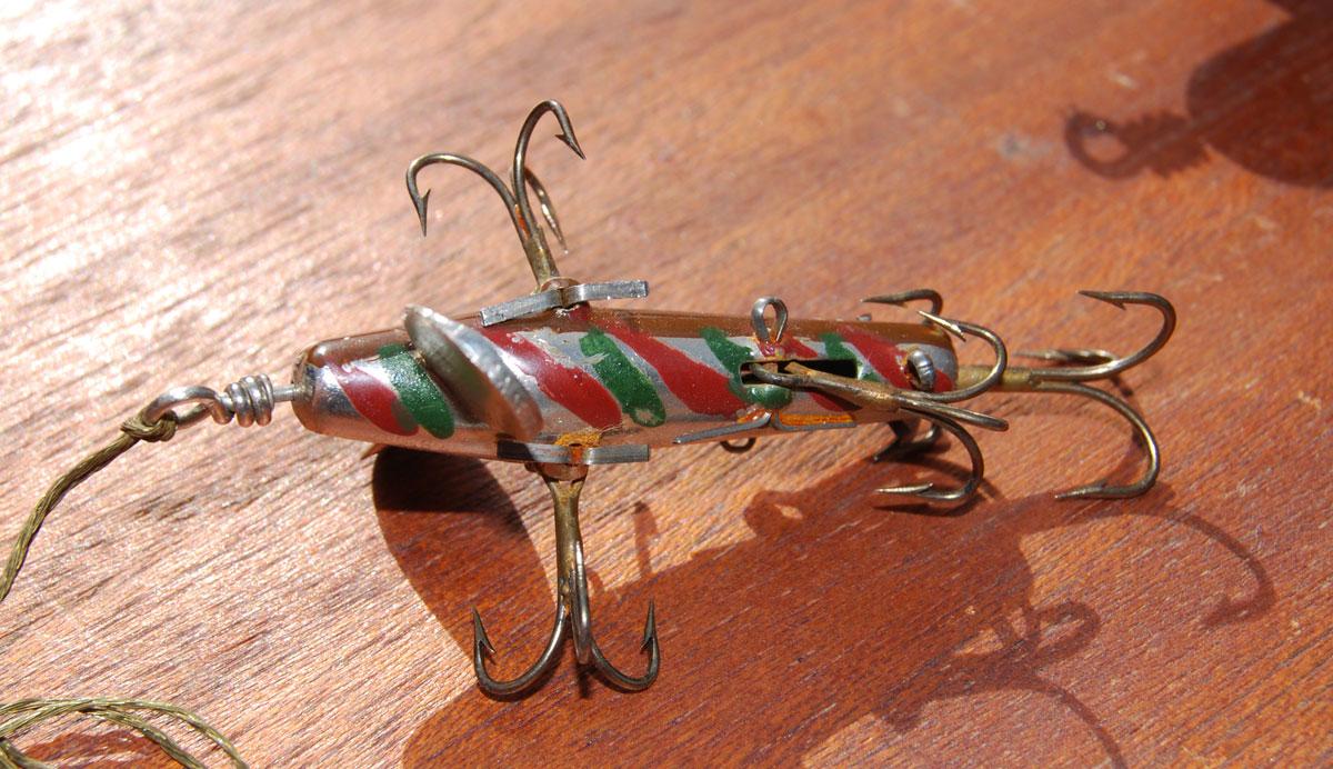 Handbemalt: Mein bisheriger Torpedo-Spinner von Sartorius. Der Köder strotzt so vor Drillingen, dass er kaum zum Angeln geeignet ist. Man sieht ihm an, dass Sartorius vor allem Geräte bzur Hühnerzucht und wissenschaftliche Instrumente hergestellt hat.