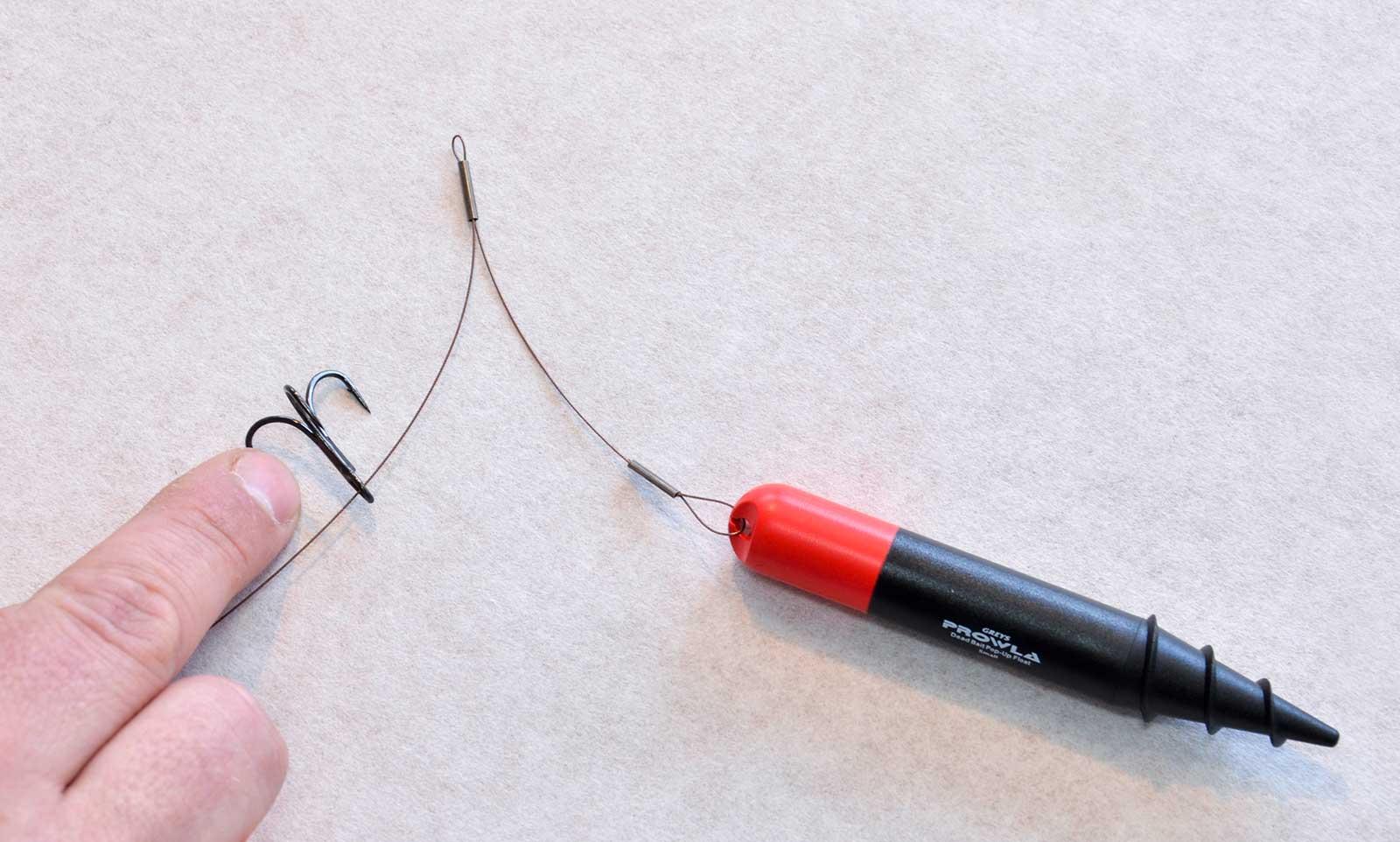 Im für den Köderfisch passenden Abstand zum Auftriebskörper wird erst eine Klemmhülse auf den Stahl gefädelt, danach ein Drilling.