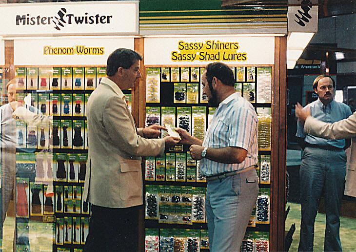 Jan Eggers zusammen mit Bob Cummings auf dem Mr. Twister-Stand der AFTMA-Messe in New Orleans.