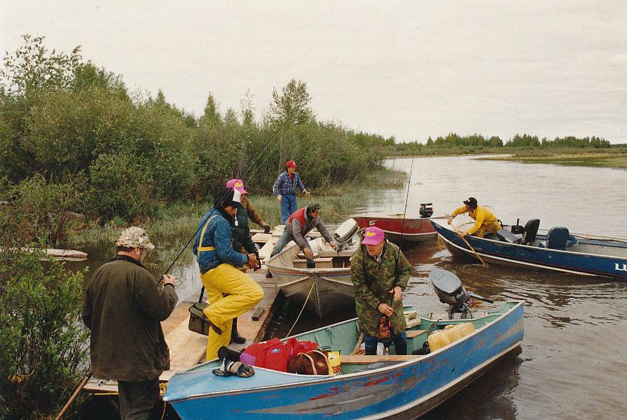 Ein Teil der Anglergruppe macht sich bereit, um ins Taltson Camp umzuziehen.