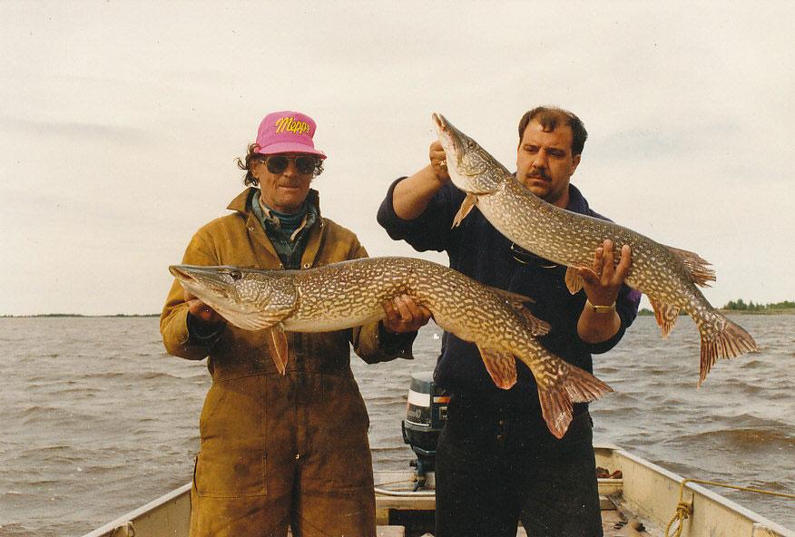 Ray Beck und Henri aus Antwerpen mit zwei schönen kanadischen Hechten.