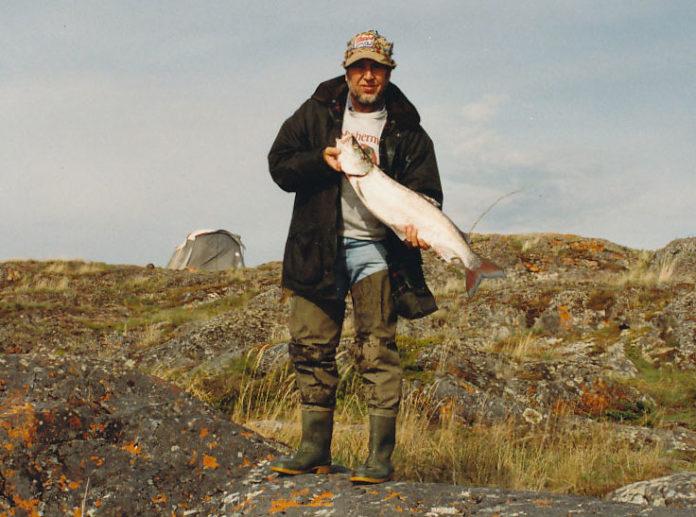 Jan Eggers mit seiner berühmten Mepps-Kappe und seinem ersten kanadischen Sheefish, einer wandernden Maränen-Art.
