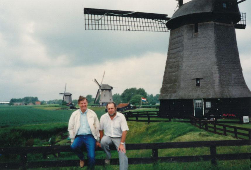 """""""Mr. Twister"""" Bob Cummings genießt den Besuch dieser 400 Jahre alten Windmühlen."""