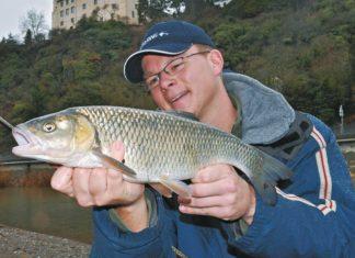 Markus mit dreipfündigem Döbel. Im Winter zählt so ein Fisch doppelt - wer das weiß, freut sich umso mehr.