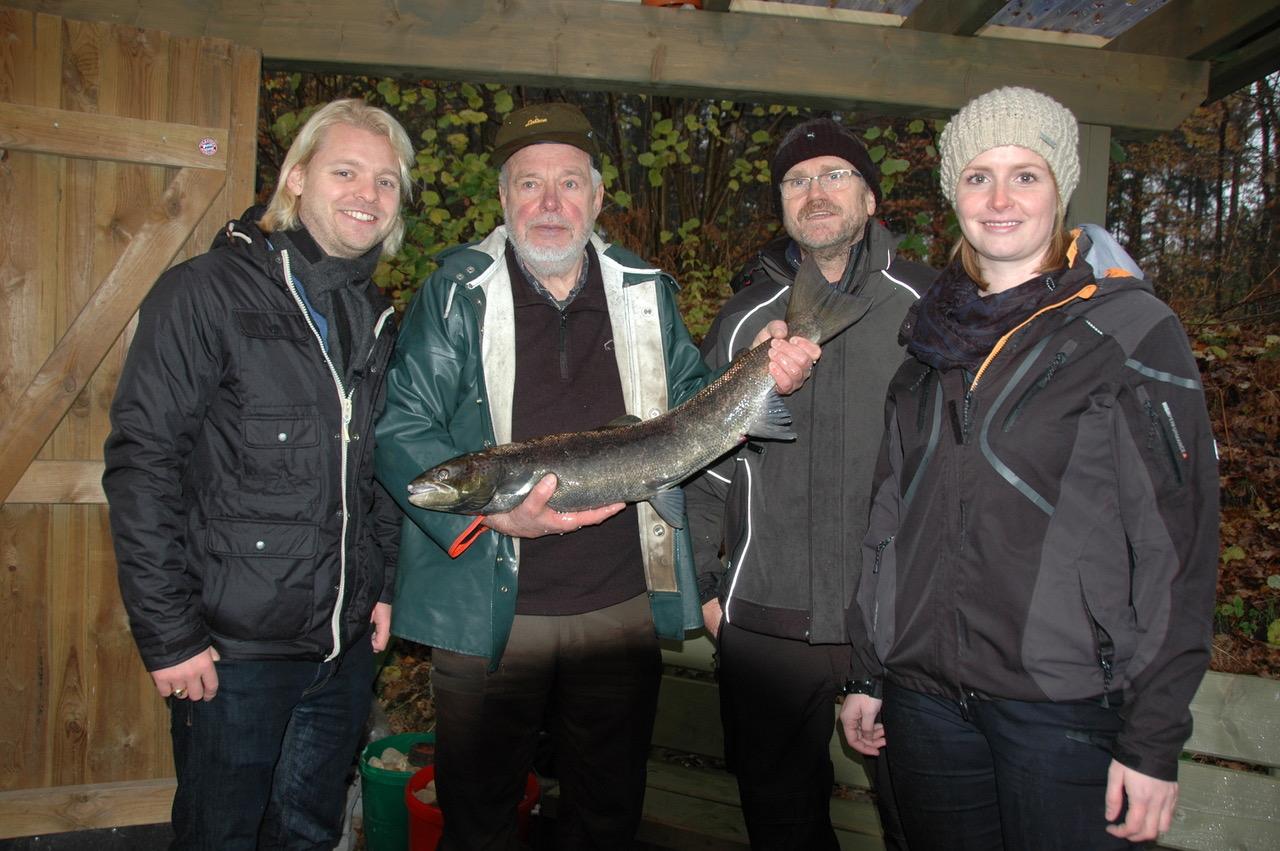 FDP-Landtagsabgeordneter Dennis Bornhöft (links) und die FDP-Bundestagsabgeordnete Güte Jensen (rechts) mit Lachsvater Hartwig Hahn (2.v.li.), LSFV-Präsident Peter Heldt und einer laichreifen Meerforelle.