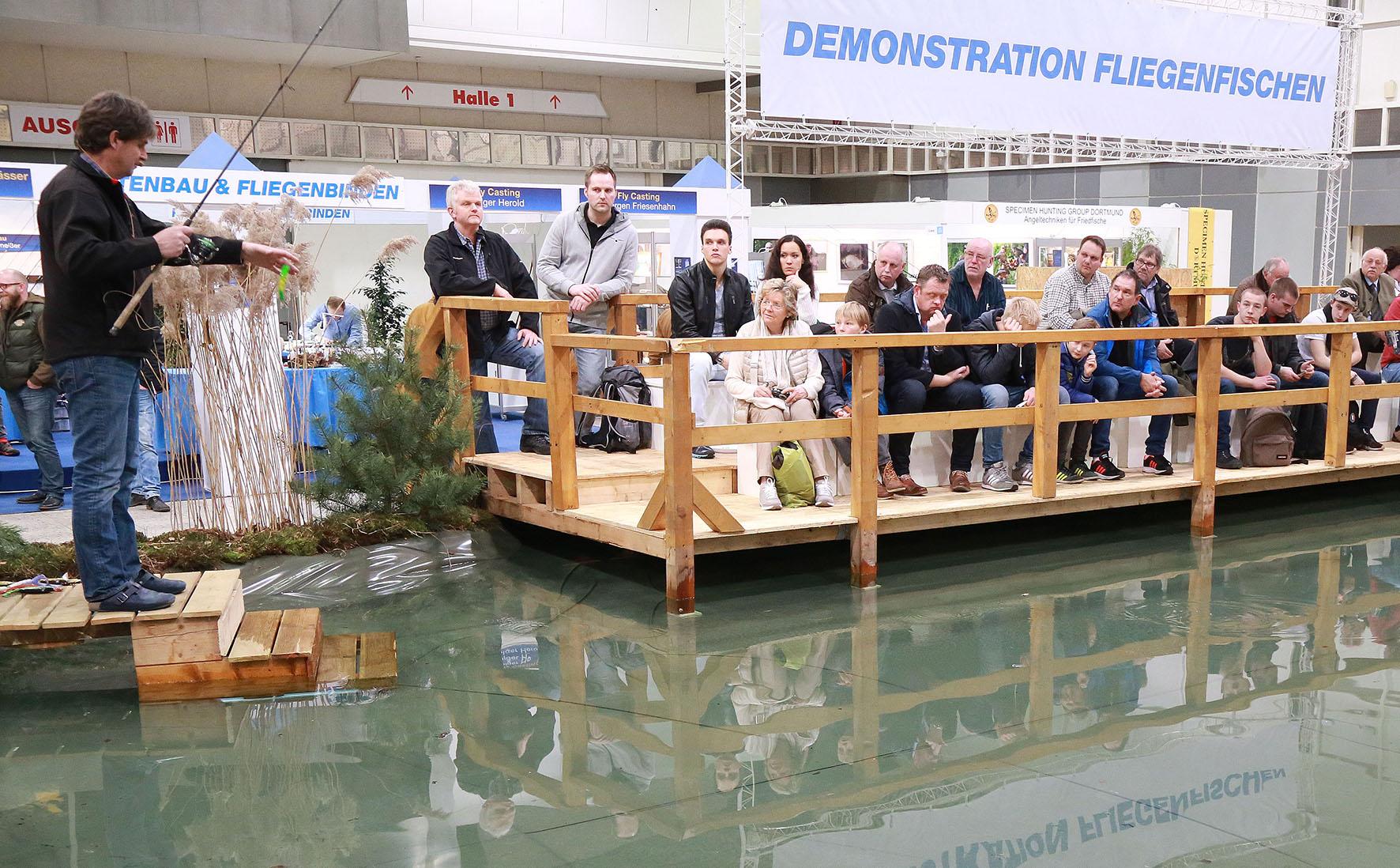 Die Vorführungen von Raubfisch-Profi Uli Beyer zählen zu den großen Messe-Magneten. Bild: Westfalenhallen GmbH/Anja Cord