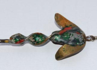 Ist dieser Köder von Schrader Köln? Grobe Verlötung und schillernde Bemalung sprechen dafür, auch dass es sich um einen filigranen Forellenköder handelt. Diese hat Schrader nämlich speziell für die Rur in der Eifel, seinem Hausgewässer, hergestellt.
