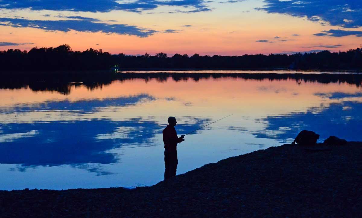 Abends rauben die Zander dicht am Ufer. Jetzt fangen Wobbler super.