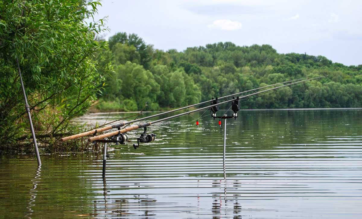 Am Hausgewässer: Thomas befischt eine alte Braunkohlegrube, ein typischer Baggersee mit Badewannenstruktur.