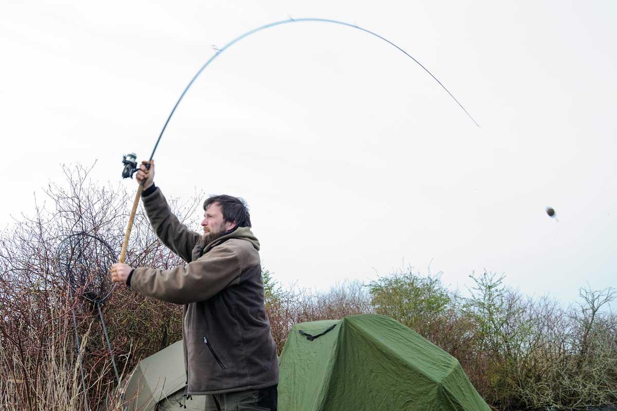 Thomas wirft die Montage so weit es geht auf einen flachen Spot aus. Dieser Bereich ist die einzige Struktur im See, hier fressen die Friedfische.