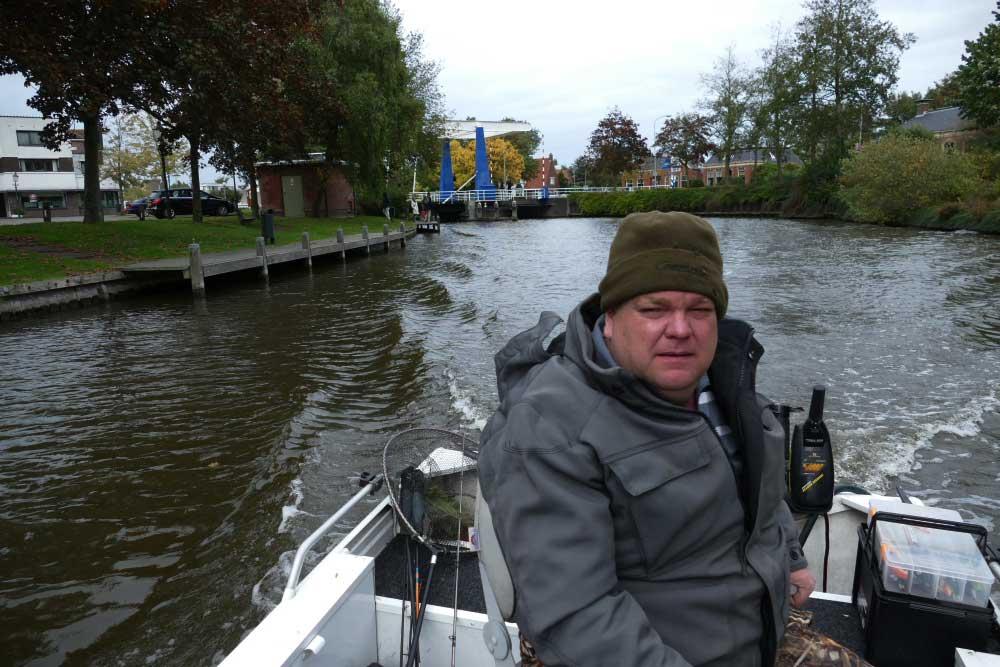 Wenn Schleppen wenig Erfolg bringt, fährt Stephan direkt von Brücke zu Brücke, den Hotspots für alle Raubfische.