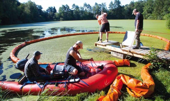 Fischereivereinsmitglieder führen unter anderem ehrenamtlich Gewässersanierungs-Maßnahmen durch, hier die Entfernung von übermäßig wachsenden Teichlinsen. Bild: Christoph Wasserberg, LFVBW.
