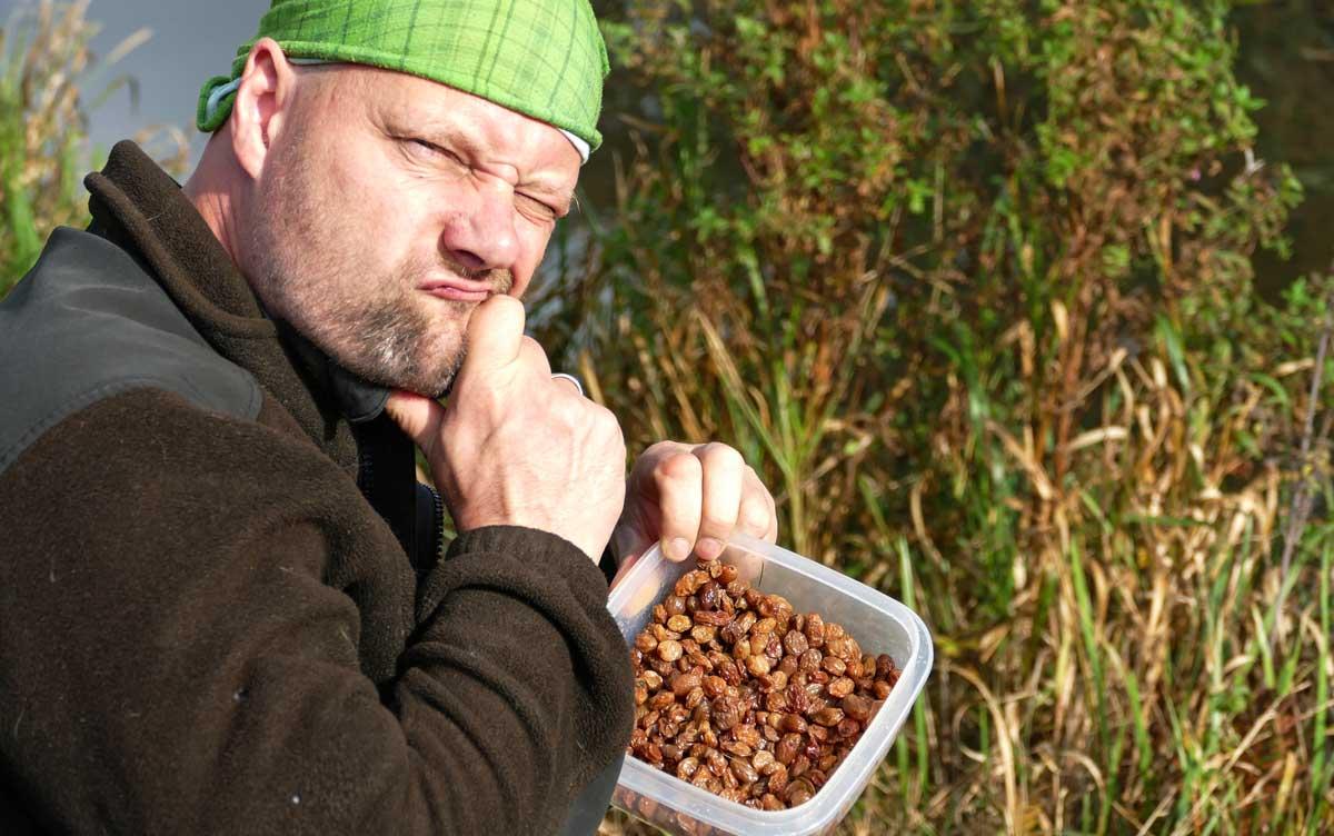 Matze Koch ist skeptisch: Ob die Rosinen Fische fangen? Mal sehen, was der Versuch bringt ...