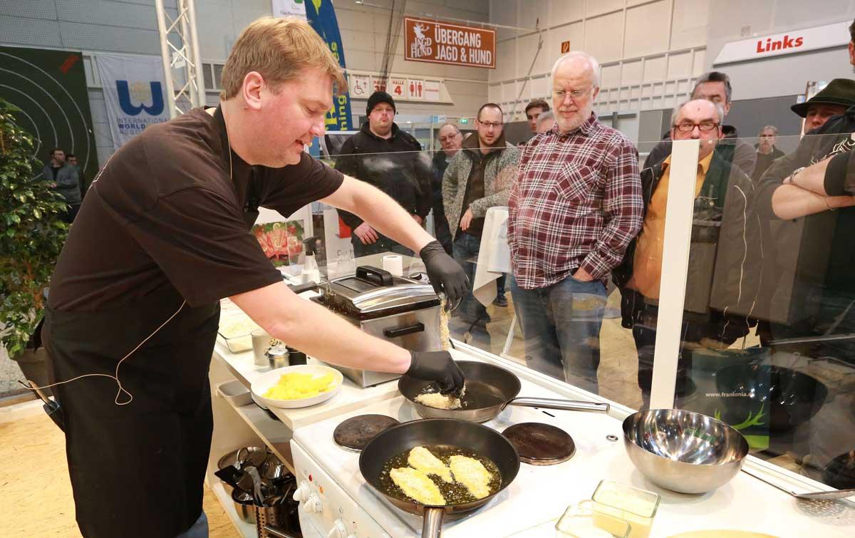 Die schmackhafte Zubereitung von Fisch wird von Jörg Strehlow vorgeführt.