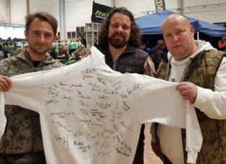 Der Pullover mit den Unterschriften verschiedener Angel-Größen wurde zu Gunsten eines Kinderprojektes versteigert. Von links: Robin Illner, Mark Bergmann und Marcus Sippel-May.