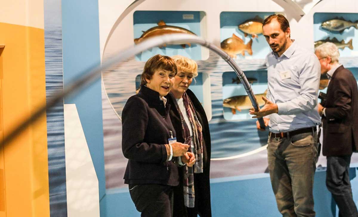 Prof. Dr. Beate Jessel (Mitte), Präsidentin des Bundesamtes für Naturschutz, begutachtet die Aktion einer unberingten Stipprute.