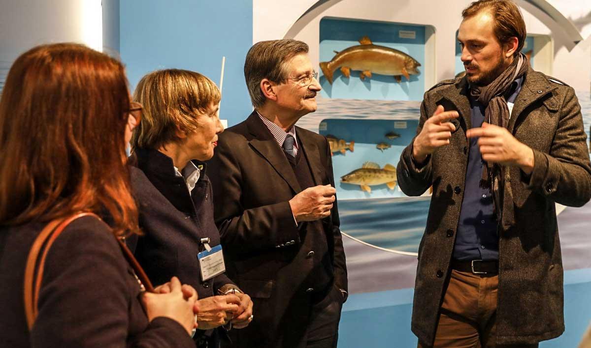 Hermann Otto Solms (zweiter von rechts) im Gespräch mit Alexander Seggelke am DAFV-Stand.
