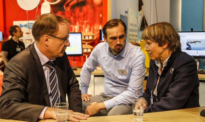 DAFV-Präsidentin Christel Happach-Kasan und DAFV-Geschäftsführer Alexander Seggelke (Mitte) im Gespräch mit Dr. Walter Dübner vom Bundesministerium für Ernährung und Landwirtschaft.