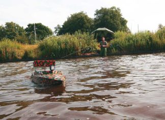 Matzes Kumpel Dieter schickt ein umgebautes Modellboot mit Boilies zum Hot Spot.