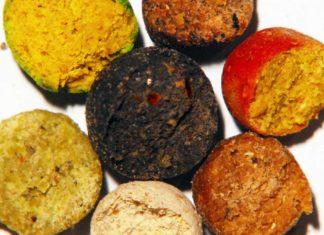 Diverse Boiliesorten (im Uhrzeigersinn von oben): Leber/Muschel, Tropic/Birdfood, Erdbeer/Nuss, Honig/Vanille, Scopex/Tigernuss, Banane/Pistazie und Monstercrab/Robin Red (Mitte).