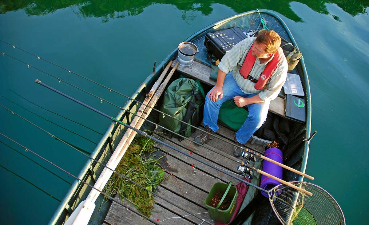 Vogelperspektive: Beim Bootsansitz auf Schleie müssen die Ruten möglichst ruhig liegen, damit die Grundmontagen nicht verrutschen.