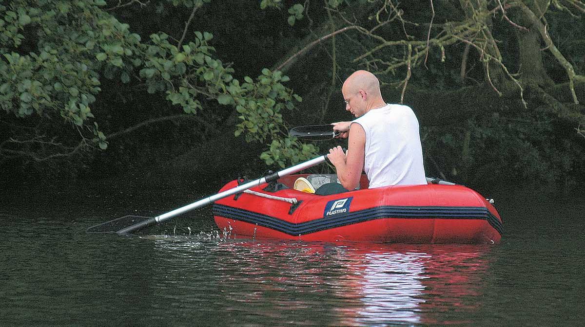 Ein Schlauchboot ist zum Ausbringen der Kostproben sehr praktisch.