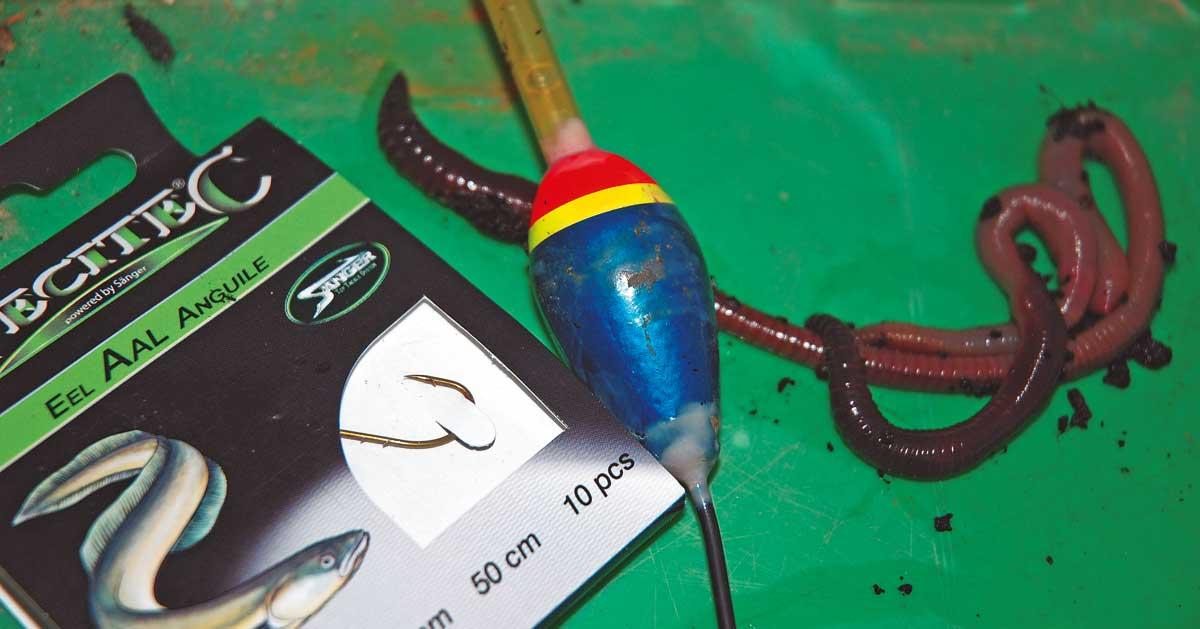 Braucht man unbedingt zum Aalangeln: Knicklichtpose, Vorfachmäppchen und Tauwürmer.