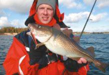 Kai mit einem Ostsee-Dorsch auf einen rot-schwarzen Snaps-Blinker.