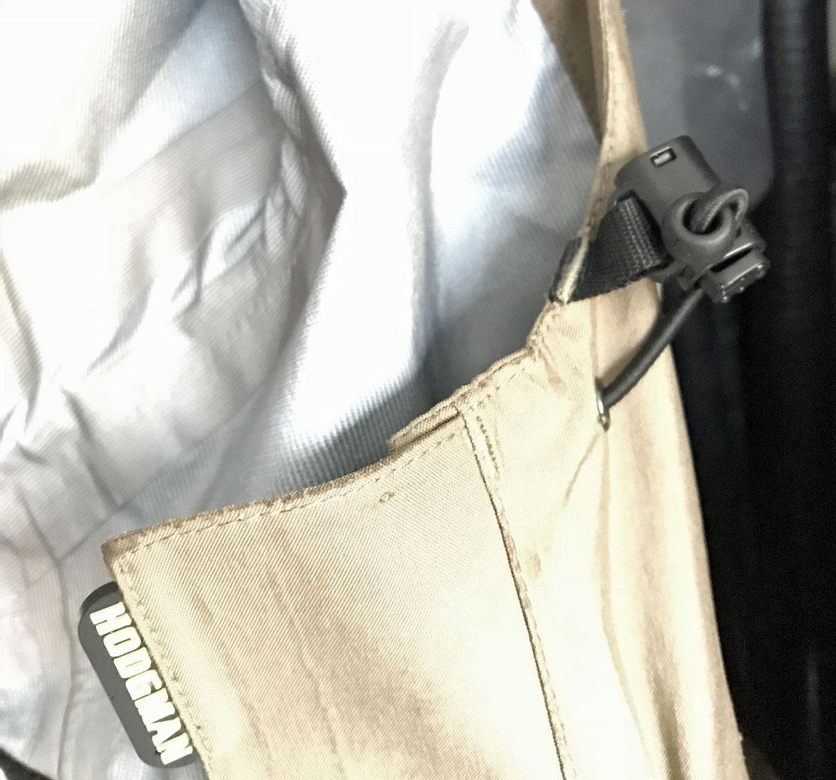 Die integrierte breitkrempige Kapuze ist 3-fachverstellbar, damit Regen auch über Ihr Gesicht nicht ins Innere der Jacke gelangen kann.