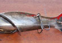 """In der Form erinnert er entfernt etwas an die """"Fischhexe"""" von Alfred Esch, die Bemalung und die Schwanzflosse vielleicht an Agilette- und Agil-Köder in Fischform."""
