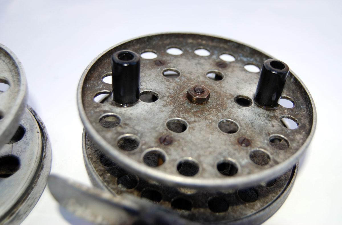 """Das Aluminium dieser Rolle ist komplett """"aufgeblüht"""" und oxidiert. Die Bakelit-Griffe hingegen, sehen noch absolut neu aus."""