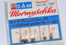 Klassische Mormyschkas bestehen aus einem Bleitropfen mit zentraler Bohrung, damit sie unter Wasser waagerecht geführt werden können. Der Haken wird optional mit einer Made bestückt.
