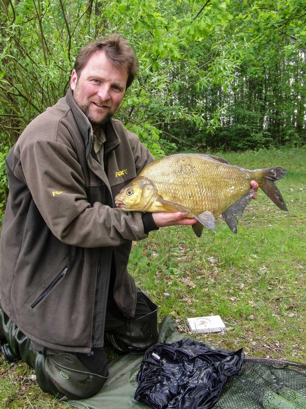 Gelungenes Frühlings-Projekt, Thomas freut sich über einen kapitalen Brassen. Solche Fische fängt er bis in den Mai hinein, dann ist meistens Schluss.