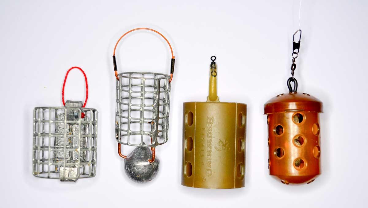 Mit diesen vier Futterkörben ist man für nahezu jede Situation gewappnet (v.l.): Drahtkorb (engl.: Cage Feeder), Speedkorb, Plastikkorb (Open End Feeder) und geschlossener Plastikkorb (Blockend Feeder).