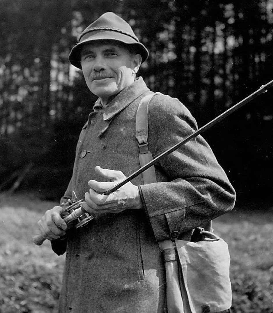 H. v. Ophemert (um 1950) beim Angeln. Das Spinnfischen war ihm eine große Leidenschaft.