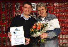 Holger Aderkaß (links) wird von Jürgen Masuch (Produktmanager Zebco Europe) für 20 Jahre Mitarbeit als Testangler geehrt.
