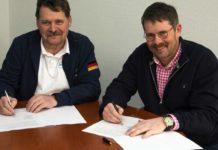 Fritz Emonts vom DSAV (links) und Frerk Petersen von Browning unterzeichnen die Sponsoring-Vereinbarung.