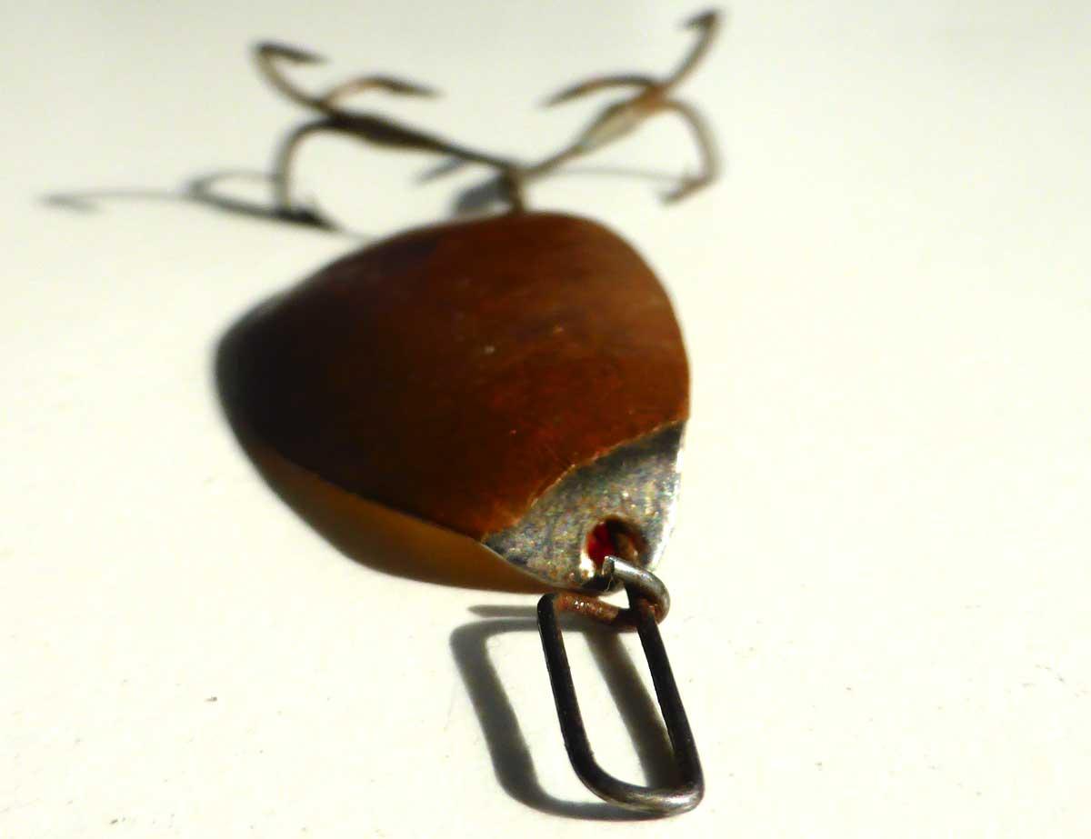 An der Oberseite des Blattes zeigt sich eine Verchromung/Vernickelung, die auch die Grundlage für die Vergoldung auf der Blatt-Innenseite gebildet hat.
